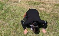 Xalq artisti Şuşaya çatan kimi torpağı öpdü (FOTOLAR)
