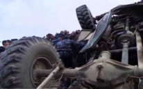 Erməni hərbçiləri daşıyan yük avtomobili dağ yolunda aşdı