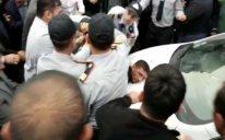 Sumqayıtda iki silahlı şəxs insanlara və polisə HÜCUM ETDİ: yaralı var - VİDEO
