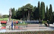 Azərbaycan prezidenti Heydər Əliyevin məzarını ziyarət etdi