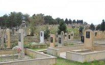 Bakıda FACİƏ: Qadın oğlunun və ərinin məzarı üstündə öldü