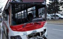 Qaradağda sərnişin avtobusu yük avtomobilinə çırpılıb, yaralananlar var