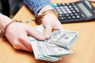 Sabirabadda qadın 3 nəfərin bank hesabındakı 36 500 manatı mənimsəyib