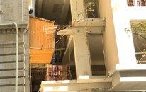 Bakıda qeyri-adi hadisə: Binanın balkonu yeni tikilən digər binanın içərisində qaldı (VİDEO)