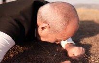Rasim Balayev Cıdır düzündə torpağı öpüb qucaqladı (VİDEO)