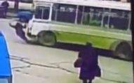 Üstündən avtobus keçən qız sağ qaldı