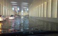 Bakıda yağış suları avtomobillərə doldu – VİDEO