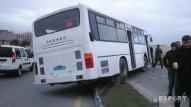 Növbəti avtobus qəzası: yanacaqdoldurma məntəqəsinin səkisinə çırpıldı - FOTO