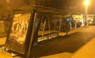 Bakıda taksofon yerindən çıxdı, avtobus dayanacağı aşdı - FOTO
