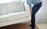 Sərxoş kişi qaldırdığı divanın altında qaldı