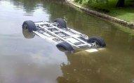 Avtomobil su arxına aşdı - Yaralananlar var
