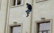 17 yaşlı oğlan özünü binadan atdı - Bakıda