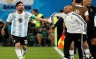 Messi hər kəsin önündə baş məşqçisini biabır etdi