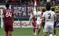 Cənubi Koreyada futbolçu oyun zamanı yıxılaraq boynunu qırıb - VİDEO