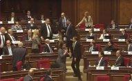 Ermənistan parlamentində deputatlar arasında dava düşüb - VİDEO