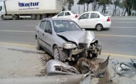 Bakıda avtomobil yoldan çıxaraq işıq dirəyini dibindən qırıb – FOTO