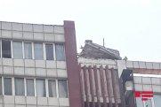 Güclü külək binanın damını uçurub – FOTO