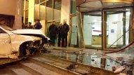 """Bakıda ağır qəza - """"BMW"""" otelin qapısına çırpılıb (FOTOLAR)"""