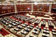 Deputatlar Milli Məclisin iclasına tibbi maska ilə gəlib