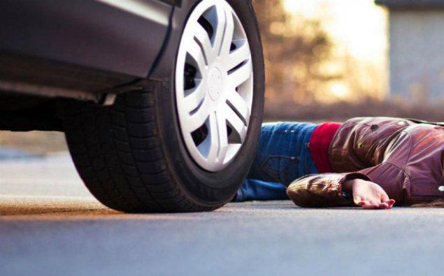 29 yaşlı qadını avtomobil vuraraq öldürdü
