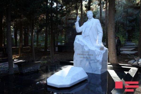Xalq şairi Zəlimxan Yaqubun məzarı üstündə abidəsi ucaldılıb