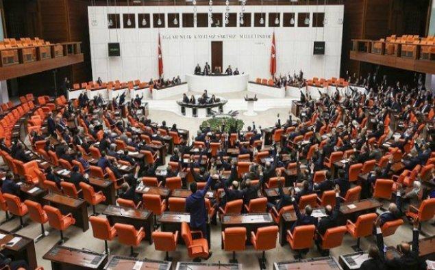 Türkiyədə parlament binası mühasirəyə alındı