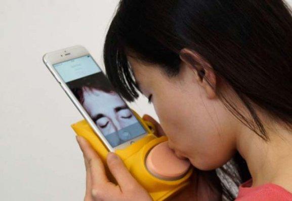 Uzaq məsafədən öpüş yollayan cihaz, cib stəkanı... – FOTOLAR