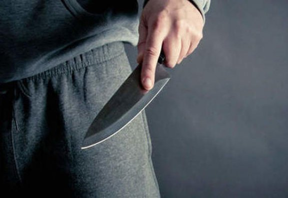 Bakıda metrodan çıxan kişi özünü bıçaqladı