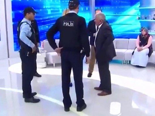 Polisin axtarışa verdiyi şəxs canlı yayımda tutuldu - VİDEO