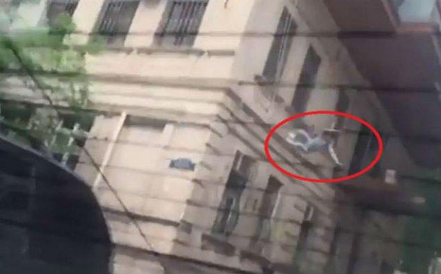 Bakıda özünü binadan atan qadının İNTİHAR ANI - VİDEO 18+