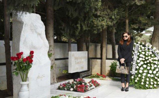 I vitse-prezident Aida İmanquliyevanın məzarını ziyarət etdi - Fotolar