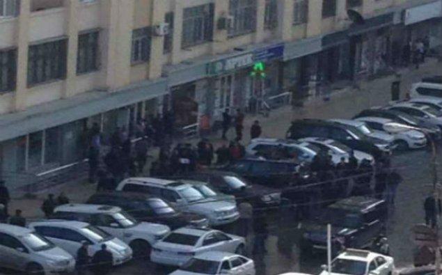 Bakıda  bahalı avtomobilin üzərinə paltaryuyan maşın atdılar — FOTO