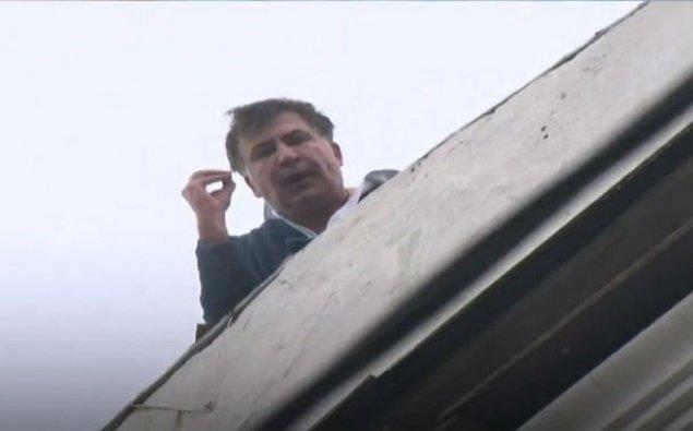 Saakaşvili binanın damına çıxdı: İntihar etmək istəyir  – VİDEO