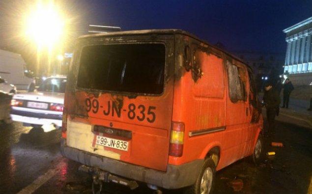 Ali Məhkəmənin qarşısında mikroavtobus yandı - FOTO