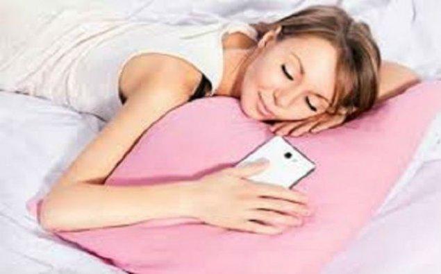 Yatarkən smartfonu yastıq altında saxlamayın! - XƏBƏRDARLIQ