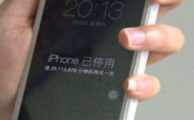 """Uşaq anasının """"iPhone""""unu yarım əsrlik bloka saldı"""
