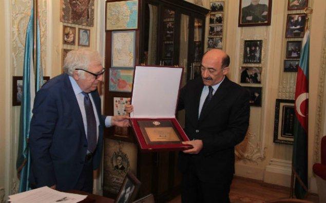 Xalq yazıçısına Prezidentin Fəxri diplomu təqdim edildi