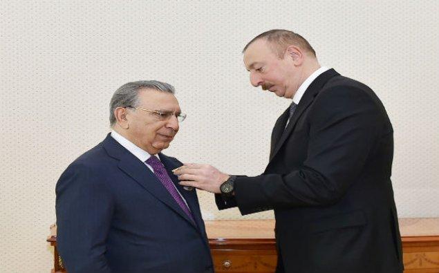 Prezident akademik Ramiz Mehdiyevi təltif etdi
