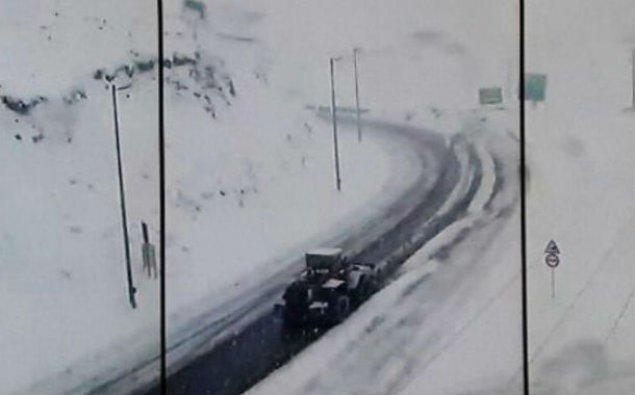 İrana 30 santimetr qar yağdı, yollar buz bağladı - FOTO