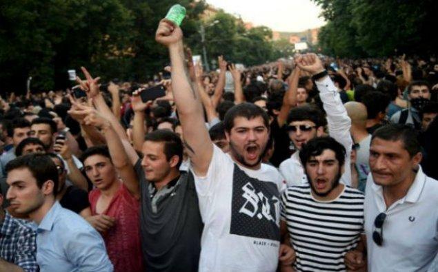 Yerevanda etirazlar davam edir