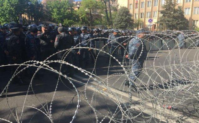 Yerevanda aksiya iştirakçıları bir sıra hökumət binasını mühasirəyə alıblar
