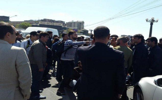 Ermənistanda sement zavodunun işçiləri etiraz edirlər