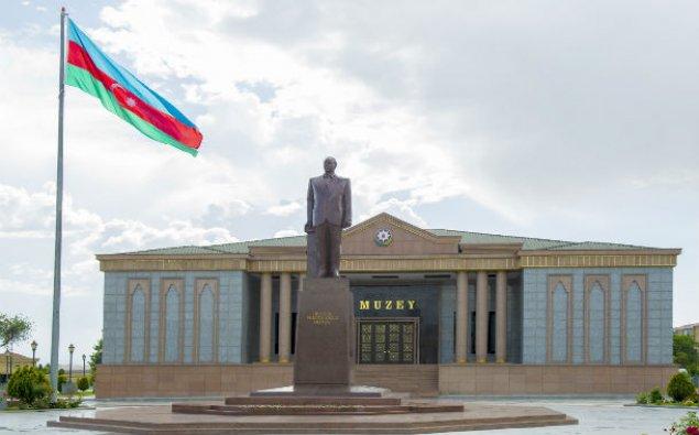 İlham Əliyev Naxçıvanda ümummilli lider Heydər Əliyevin abidəsini ziyarət edib