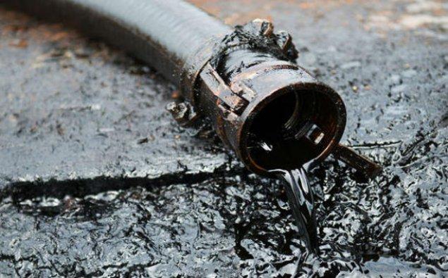 Suraxanıda yaşayış evinin altından neft çıxdı