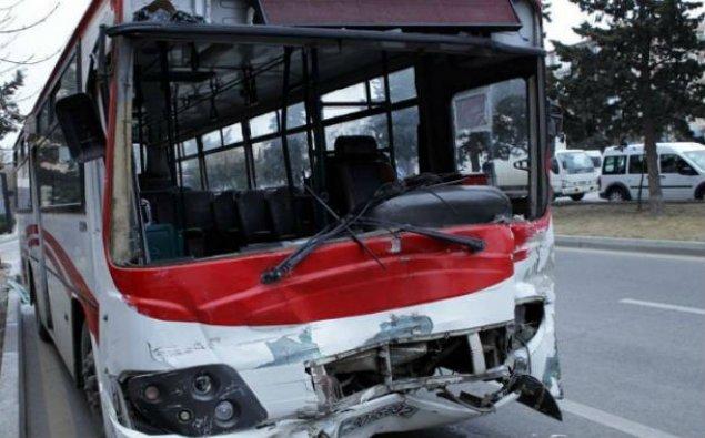 Bakıda TIR-la marşrut avtobusu toqquşdu: 6 nəfər xəstəxanaya yerləşdirildi