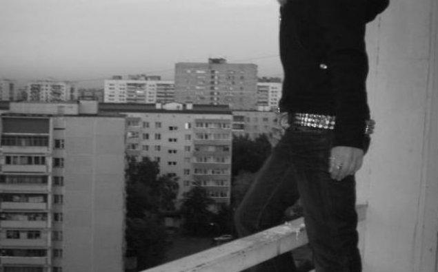 """Gürcüstanda binanın damında """"selfie"""" çəkdirən 13 yaşlı qız yıxılaraq ölüb"""