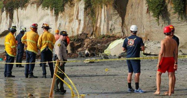 ABŞ-da çimərlikdə qayanın uçması nəticəsində üç nəfər ölüb, biri yaralanıb