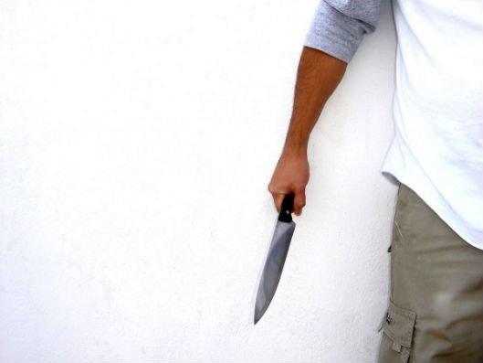 25 yaşlı qız bıçaqlanıb