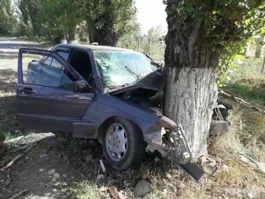 Qusarda avtomobili ağaca çırpılıb, ölən və yaralılar var - VİDEO