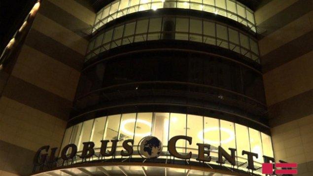 "Bakıda ""Globus Plaza""nın iri şüşə parçası qırıldı: Yaralılar var + VIDEO"
